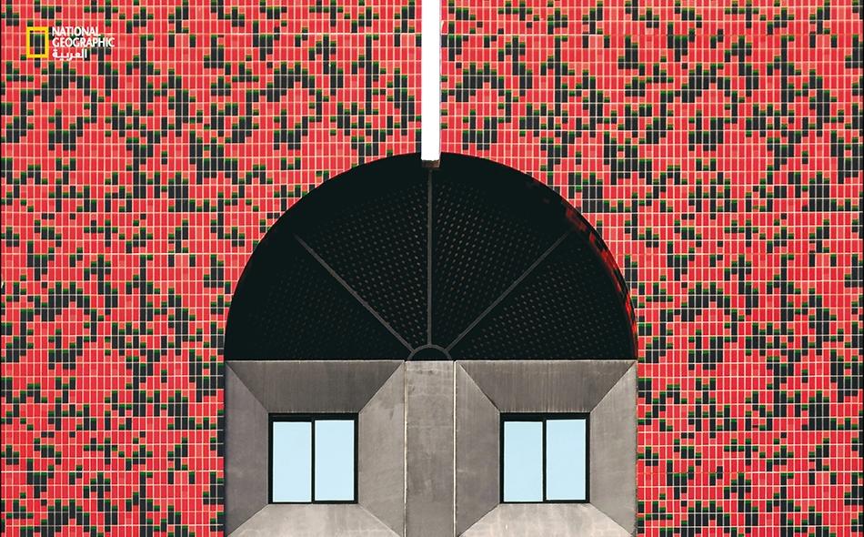 تشد هذه البناية بألوانها المميزة عيون الناظر إليها، إذ تزين جدرانَها قطعٌ حجرية صغيرة ذات ألوان حمراء وسوداء، ونوافذ سماوية اللون.