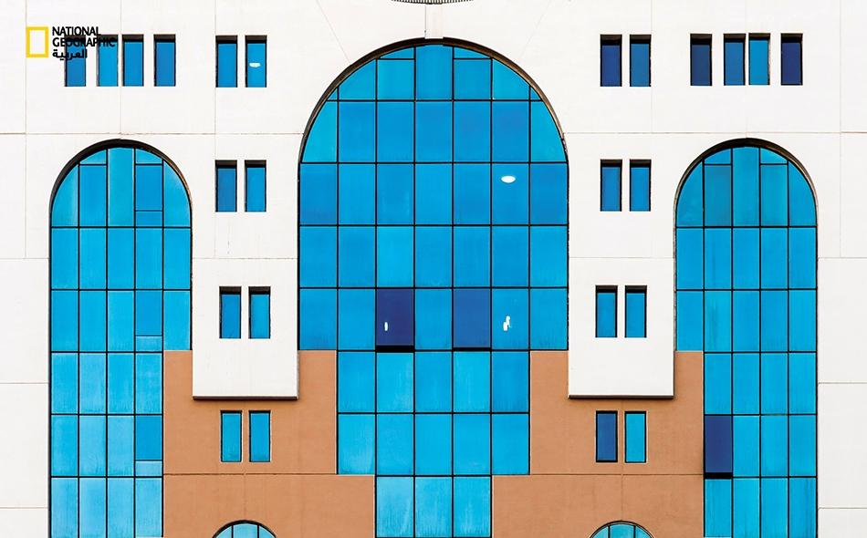 """ما زالت البنايات القديمة تحتفظ برونقها وتصميمها الفريدين، إذ تُشكل الأقواس والنوافذ المستطيلة سمة تميز هذه البناية الواقعة بشارع """"سلطان بن زايد الأول"""" في أبوظبي."""