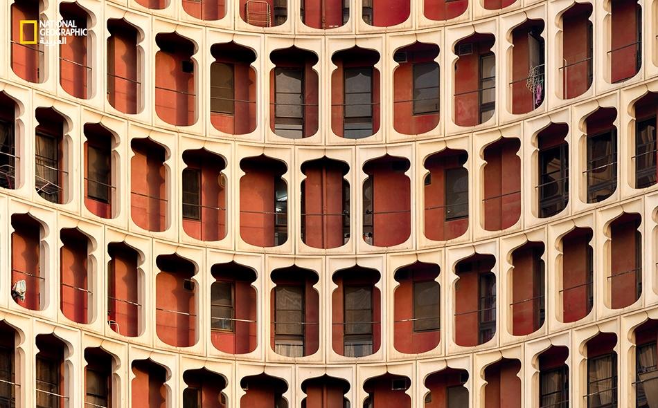 """لم ينس المعماريون إضافة التشكيلات الهندسية التي تثير إعجاب قاطن البناية وزائرها، فالصورة توثق بهاء واجهة إحدى بنايات منطقة """"ديرة"""" في دبي."""