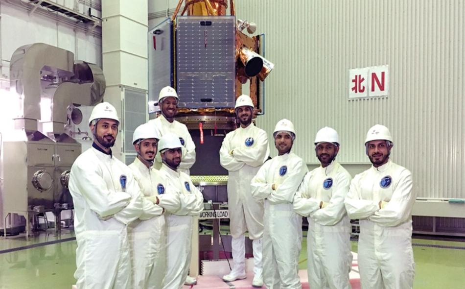 """يعد القمر الصناعي """"خليفة سات"""" أول قمر صناعي صُنع 100 بالمئة في دولة الإمارات، بسواعد فريق وطني يبلغ عدده 70 مهندساً ومهندسة من أبناء الدولة."""