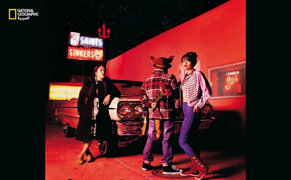 """في هذه الصورة التمثيلية، أضافت """"كارا روميرو"""" إضاءة حمراء ونجوما في السماء لتُبرز رؤيتَها حول الطبيعة الخارقة للحياة اليومية. يؤدي """"ديريك نو سان براون"""" دورَ محتال أميركي أصلي يدعى """"كويوت"""". ينتمي ديريك إلى """"شوشون بانوك وبوا فورت باند"""" التابعة لقبيلة..."""