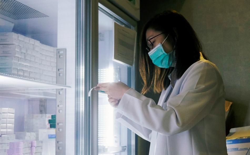 """يهدف اتفاق بين """"تحالف ابتكارات الاستعداد للأوبئة"""" وفريق من العلماء في """"إمبريال كوليدج"""" البريطاني، إلى تطوير """"منصة لقاحات"""" تستخدم تقنية """"إس.إيه/آر.إن.إيه"""" التي تمكن الحمض النووي الريبوزي من تعزيز قدراته. الصورة: بوبي يب – رويترز."""