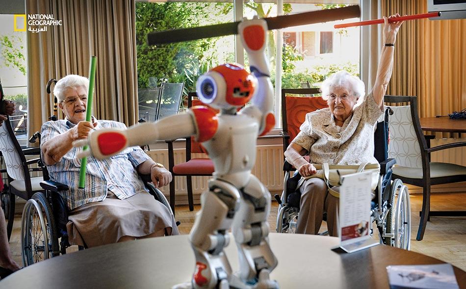 يعكف العلماء على ابتكار آلات روبوتية تنطوي وتسند مثل هيكل خارجي، لمساعدة المرضى الذين يعانون مشكلات حركة حادة مثل الشلل الجزئي. بُرمجت هذه الآلات لتوجيه حركات الجسم -من قبيل مساعدة ضحية جلطة دماغية على الحركة- حيث تعيد الجسم إلى وضعيته وقوته.