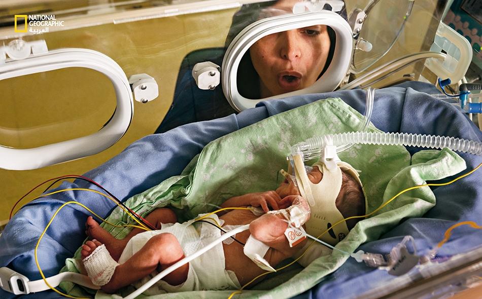 """تغني """"كريستينا إيوسا"""" لابنها الخديج """"أليساندرو"""" لدى وحدة العناية المركزة بحديثي الولادة"""" التابعة لـ """"مستشفى الجامعة"""" في مدينة """"مودينا"""" الإيطالية. لقد أصبح وجود الآباء مشهداً متكرراً في هذه الوحدات الطبية."""