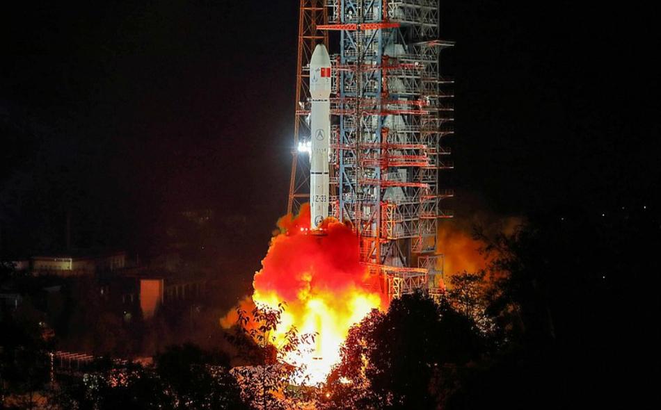 """لحظة إطلاق الصاروخ """"لونغ مارش-3 بي"""" حاملا معه المسبار """"تشانغ اه-4"""" وكذلك مركبة هبوط ومركبة جوالة من مركز إطلاق الأقمار الصناعية """"شيتشانغ""""، الواقعة في جنوب غرب الصين. الصورة: STR AFP/GETTY IMAGES"""