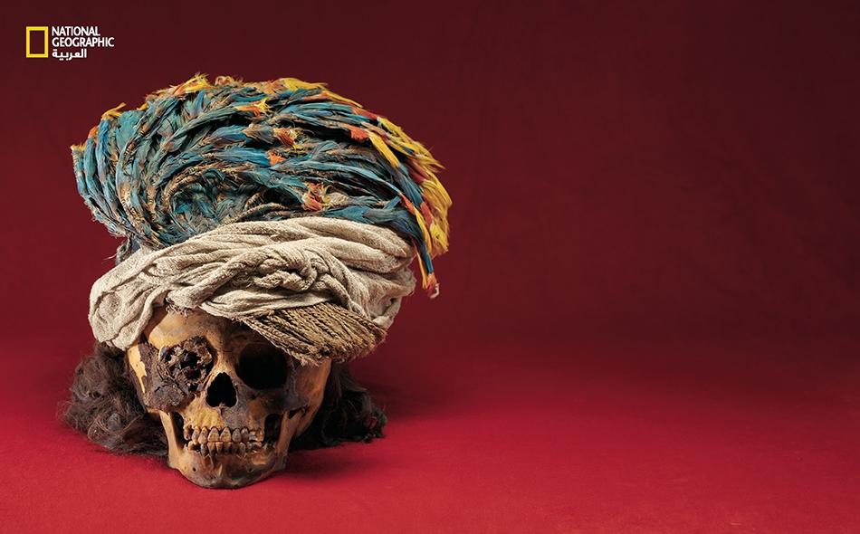 تزيّن عَـمْرةٌ (غطاء رأس) من ريش ببغاء ماكاو جمجمة طفلٍ قُربان كان يتمتع بشعر طويل يصل إلى كتفيه. يقول الباحثون إن العَمْرة توحي بأن الغلام ربما كان من عائلة ذات نفوذ وجاه.