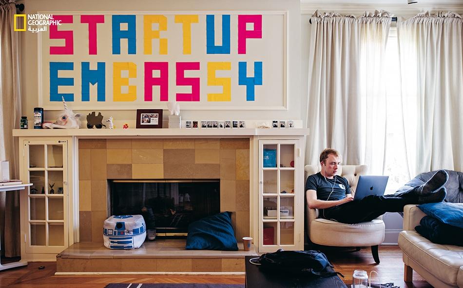 """قضى الأسترالي """"تريستان ماتياس"""" أسبوعا من العمل في (Startup Embassy) وهو """"بيت قراصنة"""" مشترك فـي مدينــة بالـو آلتو (أُغلق الآن)."""
