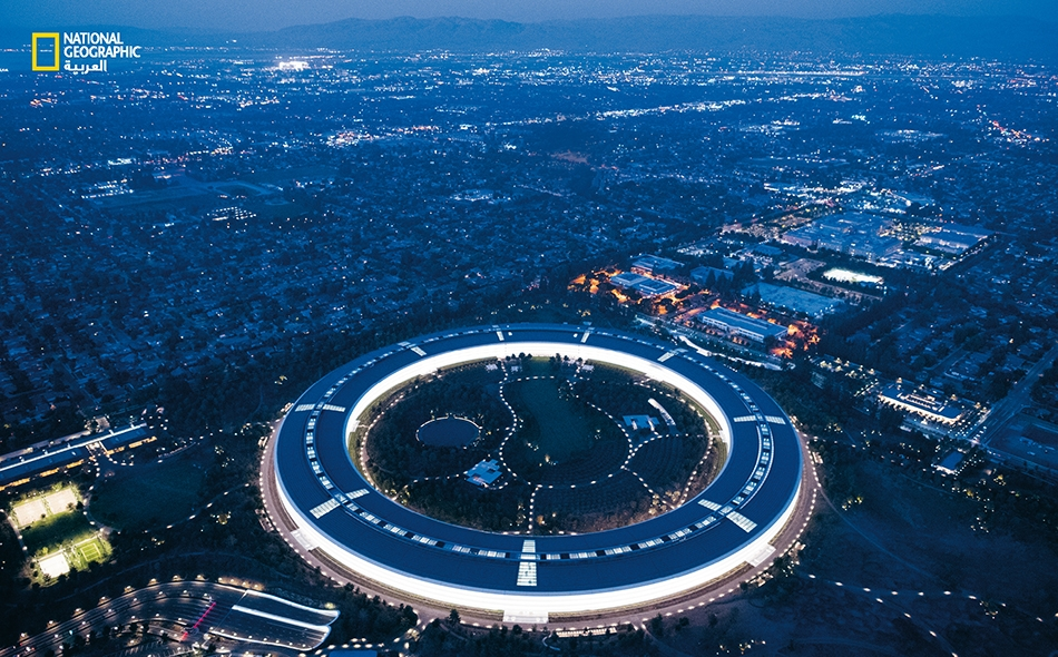 """حددت شركة (Apple) وتيرةَ الابتكار في """"وادي السيليكون"""" وتُواصل توسيع نطاق نفوذها بوصفها أول شركة أميركية في التداول العام تبلغ عتبة تريليون دولار. افتتحت الشركة مقرها الجديد -المعروف باسم """"سفينة الفضاء""""- في مدينة """"كوبرتينو"""" عام 2017. يعمل هناك نحو 12..."""