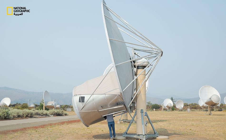 """الباحث العلمي، """"جون ريتشاردز""""، يتفحّص وحَدة لدى """"مصفوفة تلسكوب ألن"""" التابعة لـ """"معهد سيتي"""" في جبال """"كاسكيد"""" بشمال كاليفورنيا. على مر 60 عاما، ظلت التلسكوبات الراديوية، كهذه، الأدوات الرئيسة للبحث عن مخلوقات ذكية خارج الأرض."""