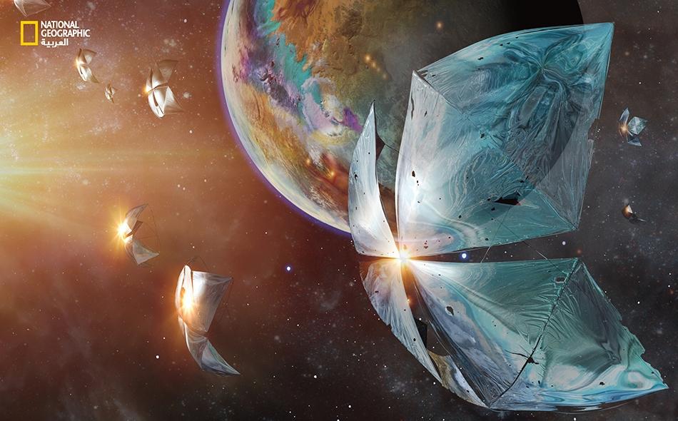 """نرى هنا مسابير فضائية صغيرة من تصوّر مشروع (Breakthrough Starshot) تتحرك حول كوكب """"بروكسيما سنتوري ب"""" الذي يبعد عن الأرض أربع سنين ضوئية، مدفوعة بسرعة تبلغ خُـمُس سرعة الضوء بواسطة شعاع ليزري أقوى من مليون شمس."""