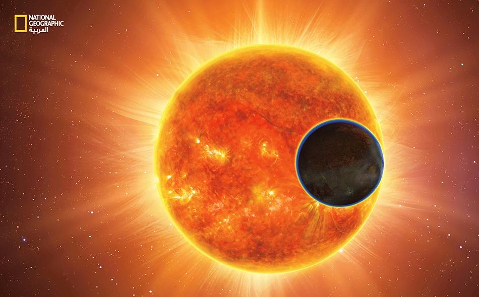 """نرى في هذا الرسم التوضيحي كوكباً خارجيا يدور من أمام نجم يشبه شمسنا كثيرا. من طرق اكتشاف وجود حياة على كوكب ما، البحث عن دلائل تسمى """"البصمات الحيوية"""" (Biosignatures). عندما يعكس ضوء النجم كوكباً أو يمر عبر غلافه الجوي -المبيَّن هنا باللون الأزرق- فإن..."""