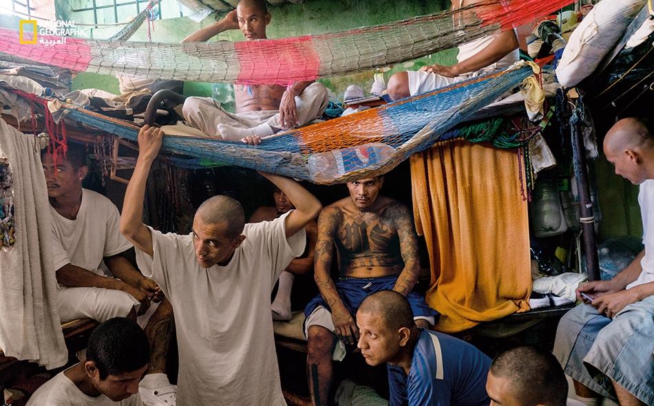 """أفراد من عصابة """"إم إس13-"""" في زنزانتهم المكتظة بسجن """"تشالانتينانغو"""" شمال السلفادور. تُودع السلطات أفراد العصابات المتنافسة في سجون مختلفة تفاديا لأعمال شغب قاتلة، لكن الاكتظاظ يتجاوز طاقة منظومة السجون."""