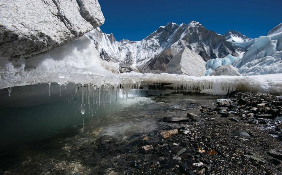 """تراجع حجم الكتل الجليدية في أغلب أنحاء منطقة """"هندوكوش هيمالايا"""" منذ سبعينيات القرن الماضي. ومن شأن الذوبان أن يرفع منسوب مياه البحار، لكن المركز الدولي للتنمية المتكاملة للجبال علق بأن مقدار الارتفاع غير معروف على وجه التحديد. الصورة: Alex Treadway/ICIMOD"""