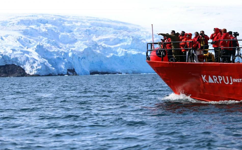 سفينة البحث العلمي -التابعة لمعهد أنتاركتيكا التشيلي- تبحر قبالة الرقعة الجليدية بجزيرة الملك جورج في أنتاركتيكا. الصورة: فابيان كامبيرو – رويترز