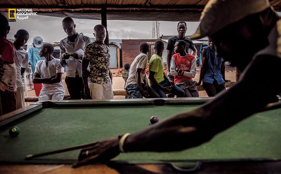 تَندر الوظائف المتاحة في المخيم، وتقل فيه وسائل الترفيه. ففي الأسواق، يزجي الرجال وقتهم بلعب البلياردو والدومينو.
