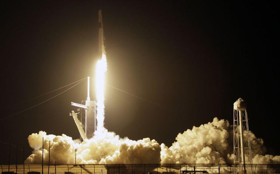 """في خطوة كبيرة على طريق هدف شركة """"سبيس إكس"""" لاستئناف إرسال رحلات مأهولة إلى الفضاء انطلاقا من أراضي الولايات المتحدة هذا العام، انطلقت الكبسولة """"كرو دراغون"""" عبر صاروخ من طراز """"فالكون 9"""" من """"مركز كينيدي الفضائي"""". الصورة: Terry Renna / Associated Press"""