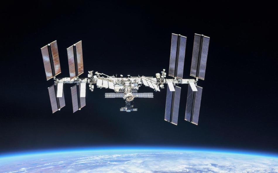 """دفعت وكالة ناسا لشركتي """"بوينغ"""" و""""سبيس إكس"""" نحو 6.8 مليار دولار، لبناء منظومات إطلاق صواريخ وكبسولات لإعادة رواد الفضاء إلى محطة الفضاء الدولية انطلاقا من الأراضي الأميركية. الصورة: NASA/Roscosmos/Handout via REUTERS"""