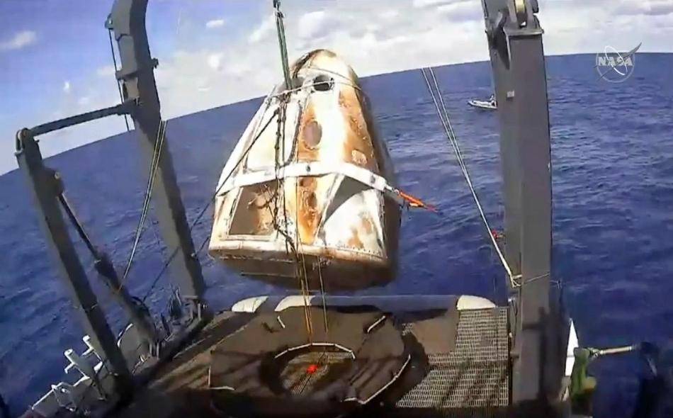 """بعد مهمة استغرقت ستة أيام في المحطة الفضائية انفصلت الكبسولة """"كرو دراغون"""" عن المحطة يوم الجمعة الماضي، وعادت إلى الأرض بسرعة تفوق سرعة الصوت قبل أن تهبط في المحيط الأطلسي، على بعد نحو 320 كيلومترا قبالة ساحل ولاية فلوريدا الأميركية."""