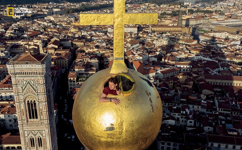 """لقد كان لهندسة هذه الكرة النحاسية المذهّبة، التي أتمّ """"ليوناردو دافينشي"""" صنعها أثناء عمله متدرّبًا لدى الفنّان """"آندريا ديل فيروكيو"""" في فلورنسا، أثرٌ في نفسه. وفي الصورة، يُطل """"ساندرو سكييفينين"""" من قمة الكرة التي تعلو كاتدرائية """"سانتا ماريا ديل فيوري""""..."""