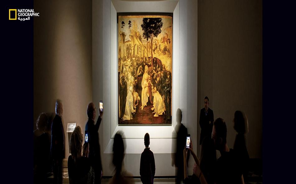 """بعد خمسة أعوام من الترميم، كشفت لوحة ليوناردو المعروفة باسم """"تعبّد الملوك المجوس"""" لمسات ريشة وألوانًا وصورًا لطالما ظلت مخفيّة تحت طبقة من الغبار والطلاء المسوَدّ. تُظهر هذه اللوحة غير المكتملة -التي كُلِّف بإنجازها ليوناردو عام -1481 أدلّة على طريقة..."""