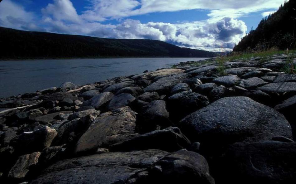 """في مدينة """"نينانا"""" بألاسكا، انكسرت طبقة الجليد فوق نهر """"تانانا""""، ويمثل هذا أبكر موعد لتفكك الجليد حتى الآن في التاريخ الممتد منذ 102 عام لـ """"بركة نينانا آيس كلاسيك"""" الشهيرة. الصورة من المصدر"""