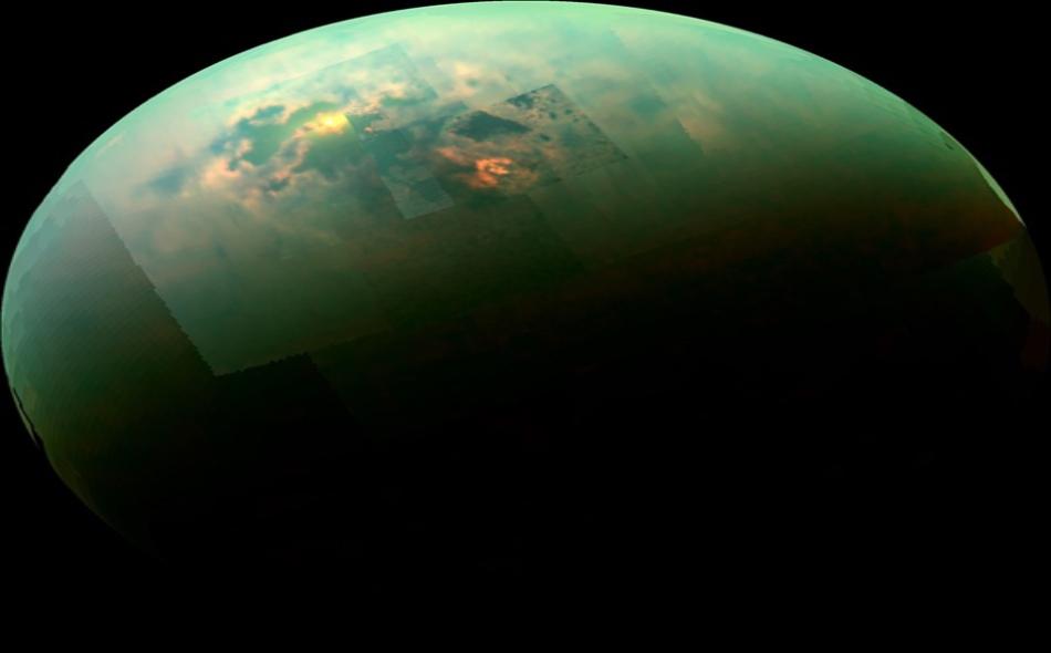 """عبر تحليل المعلومات التي حصلت عليها """"مركبة الفضاء كاسيني"""" قبل أن تنهي مهمتها عام 2017، توصل العلماء إلى أن بعض بحيرات تيتان الباردة المكونة من الهيدروكربونات السائلة في هذه المنطقة عميقة، في حين قد تكون هناك بحيرات أخرى ضحلة وموسمية. الصورة:..."""