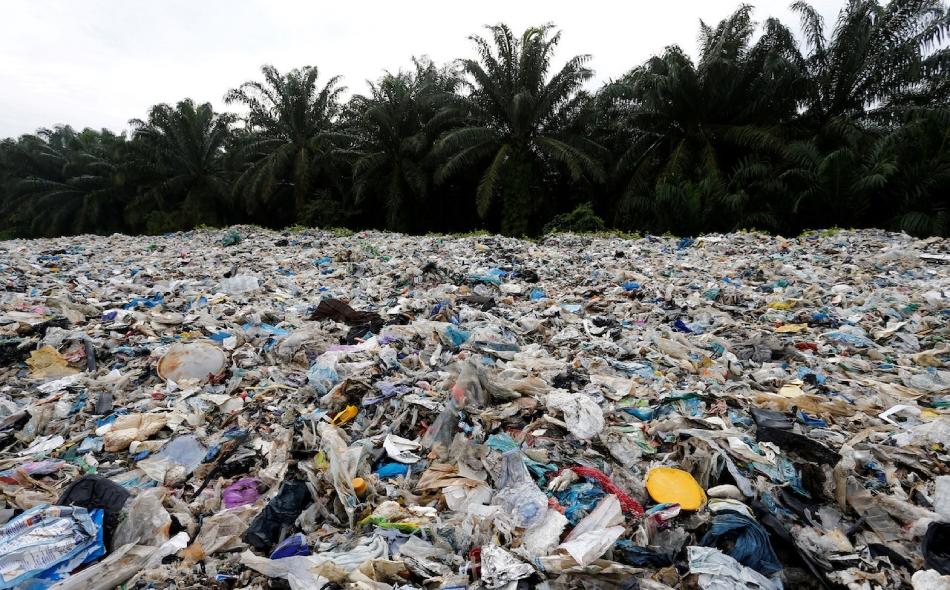 أصبحت ماليزيا العام الماضي الوجهة الرئيسة البديلة لنفايات البلاستيك، بعدما حظرت الصين الواردات من هذه النفايات؛ مما عطّل تدفق ما يزيد عن 7 ملايين طن من نفايات البلاستيك سنويا. ومعظم نفايات البلاستيك التي تصل إلى ماليزيا ملوثة ومصنوعة من مواد رديئة لا...