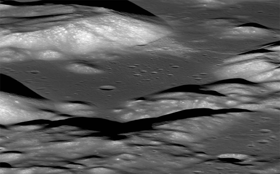 """أظهرت صور التقطها """"مستكشف القمر المداري"""" أن القمر انكمش تدريجيا مع انخفاض درجات حرارة طبقاته الداخلية، ونتيجة لذلك ظهرت على سطحه تصدعات صغيرة. الصورة: NASA/Goddard/SVS/Ernie Wright"""