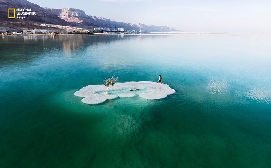 لا تتأتَّى زيارة تشكيل ملحي يشبه الجزيرة في البحر الميت، إلا بالسباحة في إحدى أملح المسطحات المائية في العالم.