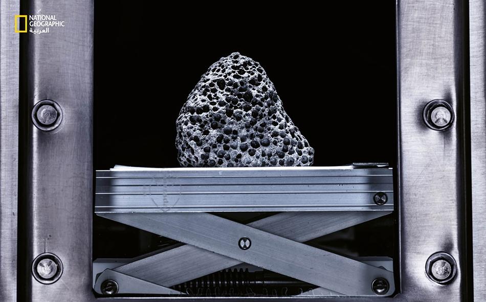 """قطعة من """"عينة القمر 15016″، وهي شكل من البازلت، محفوظة في خزانة من الفولاذ المقاوم للصدأ مُلئت بغاز النيتروجين المنقى."""