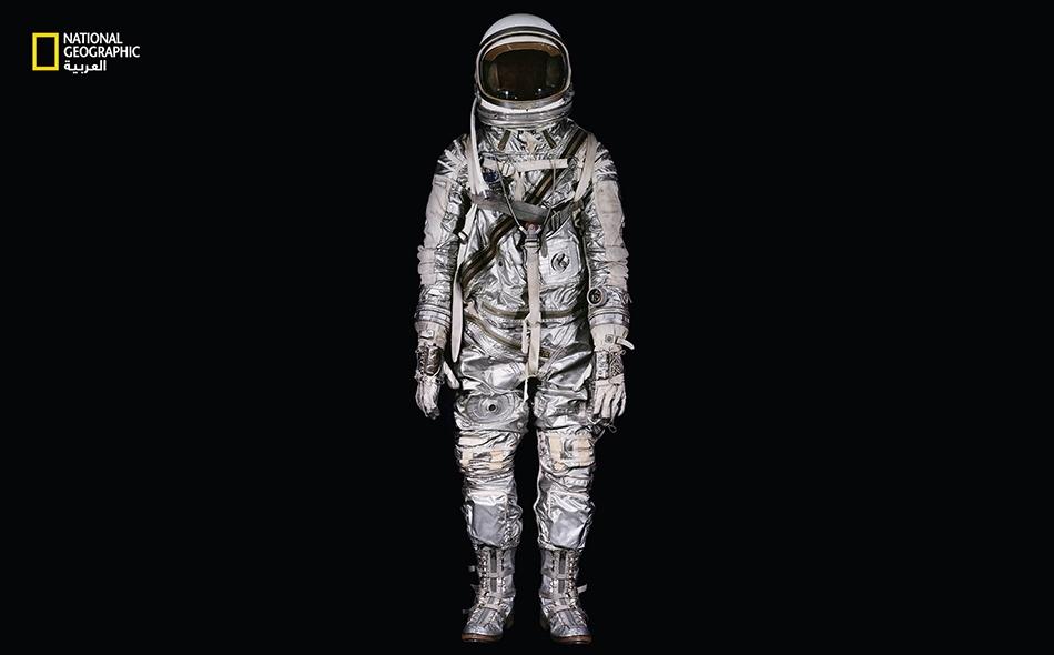 """ارتدى """"جون غلين"""" بذلة الفضاء هذه المصنوعة من 27 سحّابا لتكون مغلقة بإحكام، عندما كان يُنجز مدارًا حول الأرض يوم 20 فبراير 1962."""