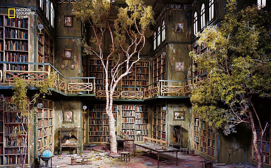 تستخدم نيكس و غوربر حجمًا مختلفًا وخاصًا بكل مشهد مجسَّم. وتكون البداية بعنصر واحد، ومن ثم يُبنى المنظر بالكامل نسبة لحجم هذا العنصر. ففي مشهد المكتبة هذا -حيث يلتصق الطحلب بالجدران، وتظلل أشجار البتولا الكتب- كان ذلك العنصر هو النموذج المصغر للكرة...