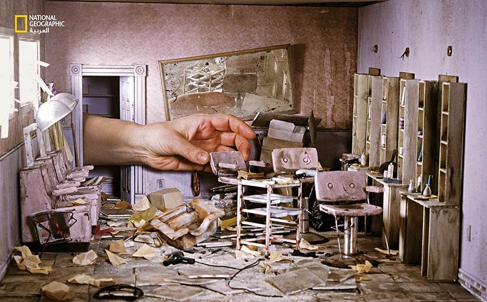 في هذه اللقطة المتخيَّلة لصالون تجميل عصف به إعصار عات، تُدخل غوربر يدها في إطار الصورة، حتى تُبرز الحجم الصغير جدا لهذه النماذج المجسَّمة (الديوراما) دقيقة التفاصيل.