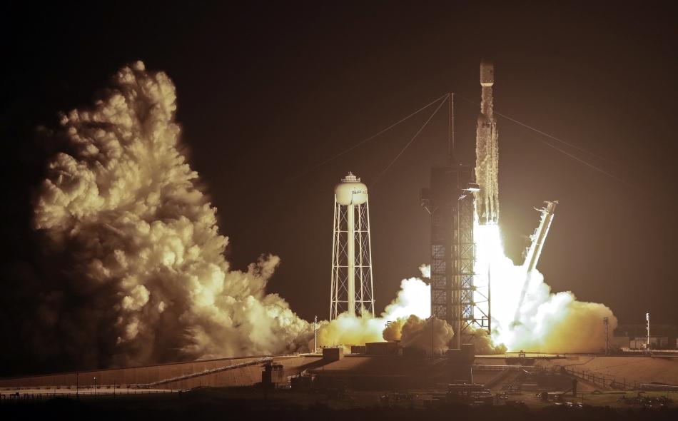 """قالت شركة """"سبيس إكس"""" أن صاروخ """"فالكون هيفي"""" هو أقوى صاروخ قيد التشغيل في العالم """"بمقدار الضعف""""، ولديه القدرة على حمل قرابة 64 طنا متريا. الصورة: AP Picture/John Raoux"""