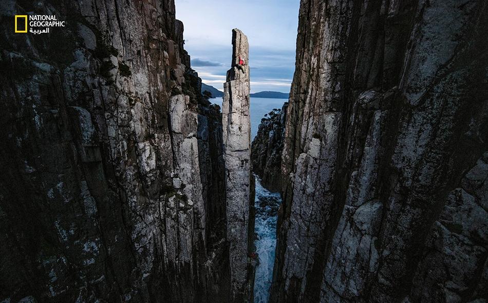 تنتظر مصورة فوتوغرافية لدى منطقة تسلق شهيرة في تسمانيا، اللحظةَ المثالية لتحقيق حلمها.