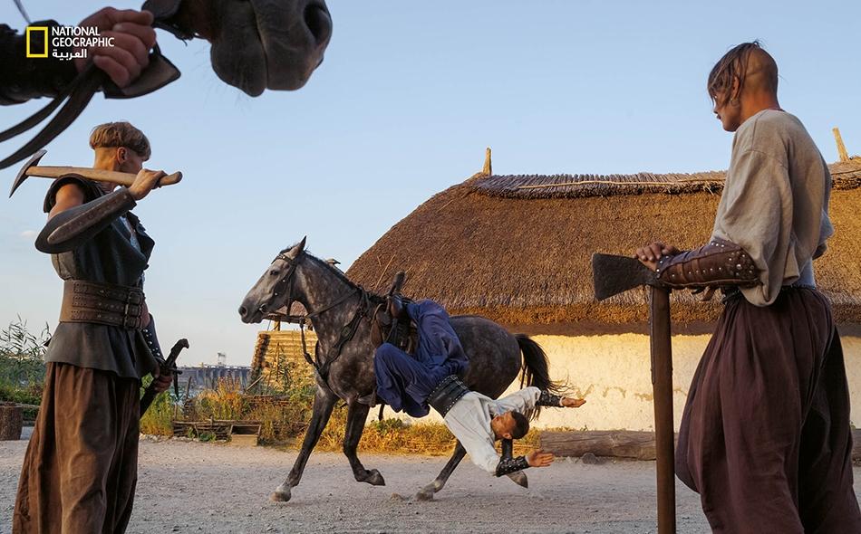 """استقرت الفروسية التي جلبها اليامنايا إلى أوروبا واستمرت في منطقتهم الأصلية. فارسٌ يستعرض مهاراته البهلوانية لدى """"متحف زابوريجيا كوزاك"""" في جزيرة """"خورتيتسيا"""" الأوكرانية. كانت هذه المهارات تُرهب أعداء المحاربين الكوزاك منذ عام 1400 وما بعده."""
