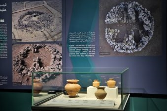 يتيح المتحف فرصة للزوار بالتعرف إلى أساليب وظروف حياة سكان المنطقة منذ آلاف السنين، عبر قاعات العرض والعروض اللتفاعلية والقطع الأثرية. الصورة: من المصدر.