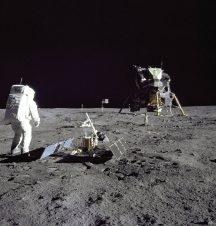 """بعد عودة رواد الفضاء المشاركين في رحلة أبولو 11، عملت وكالة """"ناسا"""" بجهد لضمان عدم انتقال أي جراثيم من القمر إلى الأرض. إذ عمدت إلى تنظيف الطاقم المكون من 3 رواد وإعطائهم ملابس جديدة ونقلهم إلى منشأة للحجر الصحي، حيث ظلوا فيها حتى تأكد أن الأرض لم تتلوث..."""