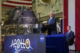 """ستطلق وكالة """"ناسا"""" مركبة """"أوريون"""" وصاروخ نظام الإطلاق الفضائي حول القمر، لاختبار النظام وتمهيد الطريق أمام هبوط أول امرأة وثاني رجل على سطح القمر خلال السنوات الخمس المقبلة. الصورة: NASA"""