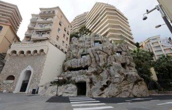 """شُيدت فيلا """"تروغلودي"""" داخل جرف صخري، كانت تعلوه قرية حصينة تعود إلى القرن العاشر قبل الميلاد. الصورة: Reuters"""