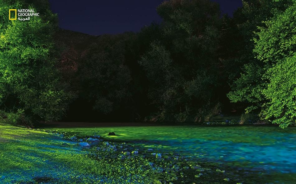 """اعتقد الإغريق أن الملّاح """"خارون"""" يحمل الأرواح إلى """"هيدز"""" على متن قارب يعبر به نهر """"خيرون"""" (أو نهر الثبور). أضحى النهر -الذي يظهر في الصورة مضاءً بأنوار حانة قريبة- قِبلة أثيرة للسياح وهواة ركوب العوّامات."""