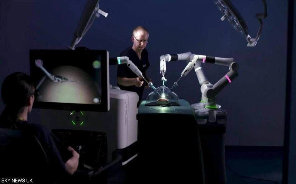 """سيقوم الطبيب بتوجيه """"الروبوت"""" إلى مكمن الخلل، وسينفذ الإنسان الآلي الأوامر والمهام المسندة إليه، أما جراحة الجسم فستقتصر على إحداث ثقب صغير بخلاف ما يجري في الوقت الحالي. ويراهن الأطباء على الاستفادة من قدرة """"الروبوت"""" على تحريك الأذرع، أما ما يجري من..."""
