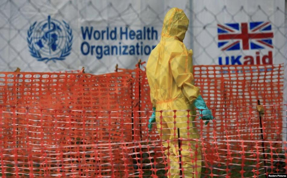 """حذر """"مجلس رصد التأهب  العالمي"""" من أن الأمراض الفيروسية التي تتحول إلى أوبئة مثل إيبولا والإنفلونزا ومرض التهاب الجهاز التنفسي الحاد، يصعب بشكل متزايد التحكم فيها في عالم يشهد نزاعات طويلة الأمد ودول هشة وهجرة قسرية. الصورة: REUTERS/James Akena/File..."""