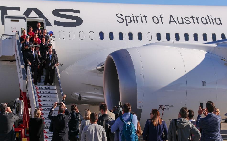 """طاقم الرحلة التجريبية """"كانتاس كيو إف 7879"""" لحظة وصولهم إلى سيدني، بعد رحلة من دون توقف بدأت من نيويورك، استغرقت 19 ساعة و 16 دقيقة. الصورة: Photo: James D. Morgan/Getty Images for Qantas"""
