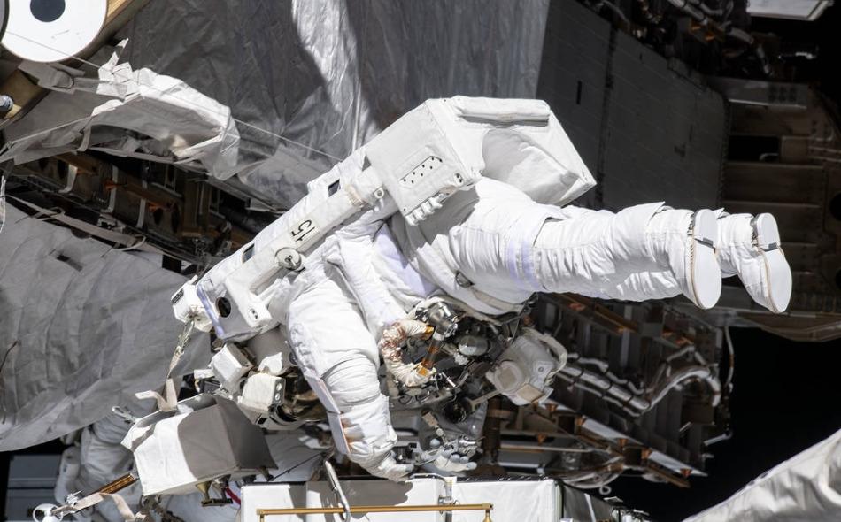 أعلنت وكالة ناسا في مقطع مصور حي للعملية أن كوتش ومير خرجتا بالملابس البيضاء من المحطة إلى الفضاء الخارجي عند الساعة 11:38 بتوقيت غرينتش، لاستبدال وحدة طاقة معطلة صُممت للمساعدة في تكييف الطاقة المخزنة من الألواح الشمسية للمحطة. الصورة: Nasa