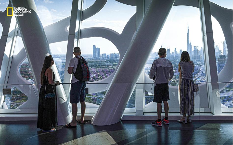 """تتيح شرفة """"برواز دبي"""" المطلة على الشطر الجنوبي مشاهدة ناطحات السحاب التي تعد السمة الأبرز للمدينة، وكذا مقارنة أطوالها على امتداد الأفق. يستقبل هذا المَعلم الفريد نحو 3000 زائر يوميا في الأيام العادية، أما في إجازة نهاية الأسبوع فيرتفع العدد إلى نحو..."""
