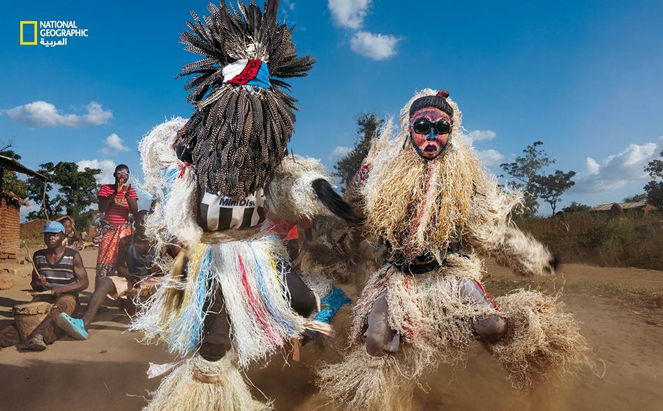 """محمية ماجيتي للحياة البرية – مالاوي، راقصون من قرية """"تسيكيرا"""" القريبة من منتزه ماجيتي، يؤدون رقصة """"غولي وامكولو"""" (الرقصة العظيمة)، ويستحضرون أرواح أجدادهم -التي يعتقدون أنها تسكن في الطيور وغيرها من الحيوانات البرية- لجلب المطر أو تخفيف حدة النزاع...."""