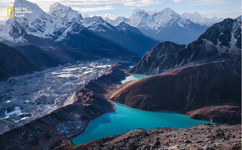 """تقع قرية """"غوكيو"""" إلى جوار بحيرةً تتغذى جزئيًا من """"نهر نغوزومبا الجليدي"""" في نيبال، وهي لا تواجه خطر فيضانات وشيكًا؛ لكن مجتمعات أخرى في الهيمالايا مهددة بذلك، بفعل البحيرات الجليدية ذات المنسوب المتصاعد. وكالة (GETTY IMAGES) FENG WEI PHOTOGRAPHY"""