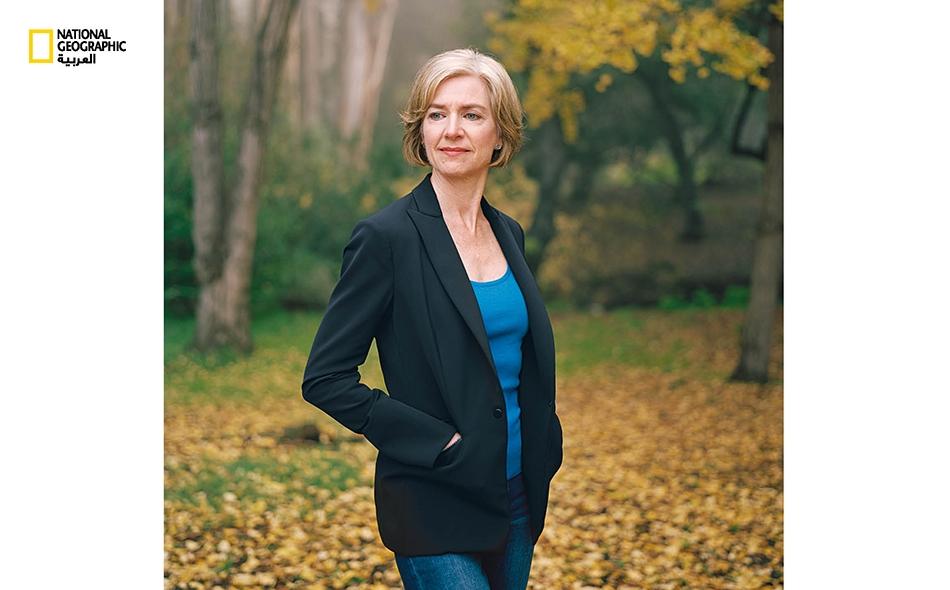 """جنيفــر دودنــا، أفضت أبحاثها في مجال الكيمياء الحيوية رفقة زميلتها """"إيمانويل شاربونتيي"""" إلى اكتشاف تقنيةٍ أحدثَت ثورة في عالم تنقيح المورّثات، تُعرف باسم (CRISPR-CAS9). واليوم تُروّج دودنا للاستعمال الأخلاقي لتقنية تعديل المورّثات."""