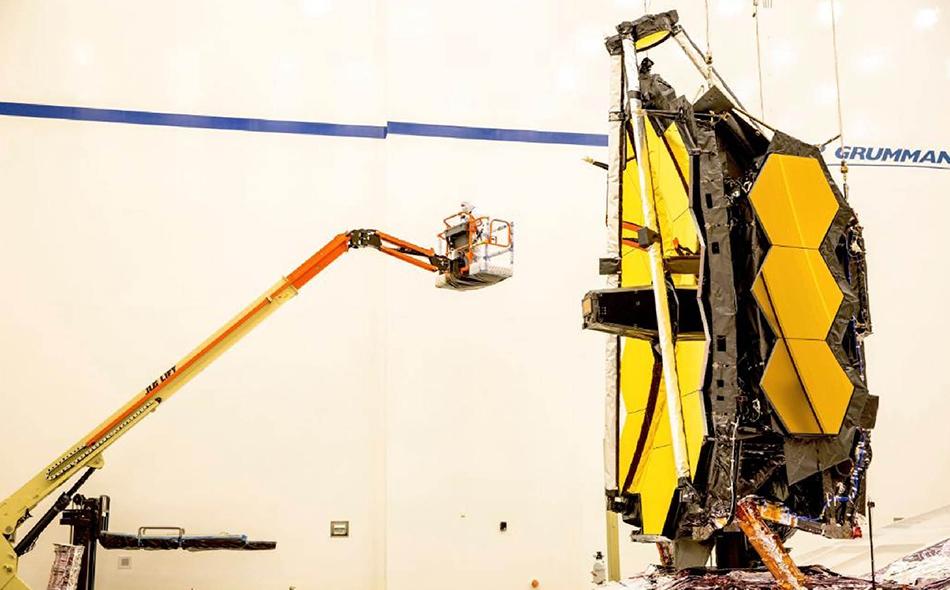 """من المقرر أن يتم إطلاق """"تلسكوب ويب"""" في مارس عام 2021، ويجري الآن العمل على بناؤه في مستودع بمدينة لوس أنجلوس الأميركية، من قبل """"ناسا""""، وشركة الدفاع """"نورثروب غرومان"""". الصورة: NASAWebb"""